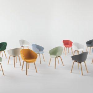 STAY poltroncina 4 gambe in legno, seduta in plastica o in tessuto